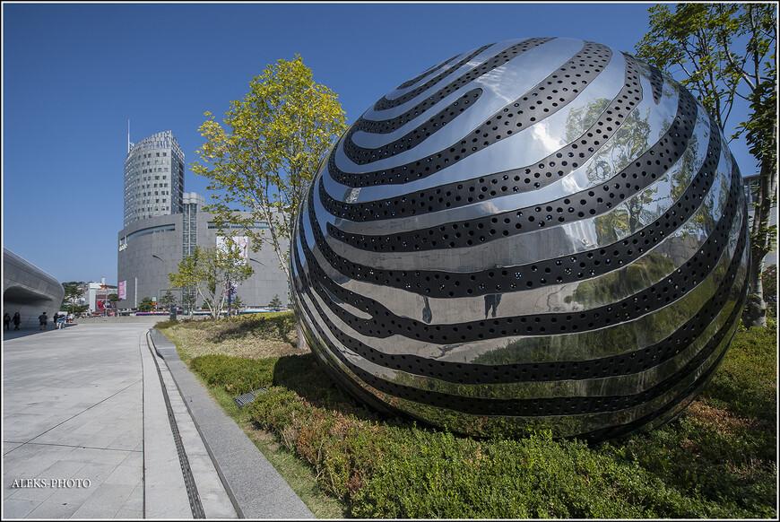 Я уже говорил о большой любви корейцев ко всякого рода абстрактным скульптурам. И, порой, даже не стоит предполагать, что это перед вами. В других городах мы видели скульптуры из каких-то запчастей, а те же самые конструкции у вокзала из кастрюль...