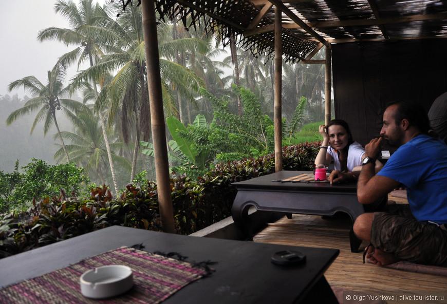 Посмотреть на рисовые террасы Tegallalang (а заодно и переждать ливень) можно вот в такой чудесной маленькой кафешке...