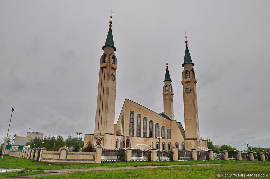01. Главная достопримечательность города – Нижнекамская соборная мечеть. Построена она была в 1996 году.