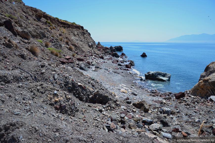 Самое замечательное при посещении этих мест – возможность окунуться в воды термальных источников, а потом переместиться для отдыха на пляж по соседству - береговая полоса здесь длинная и малолюдная.