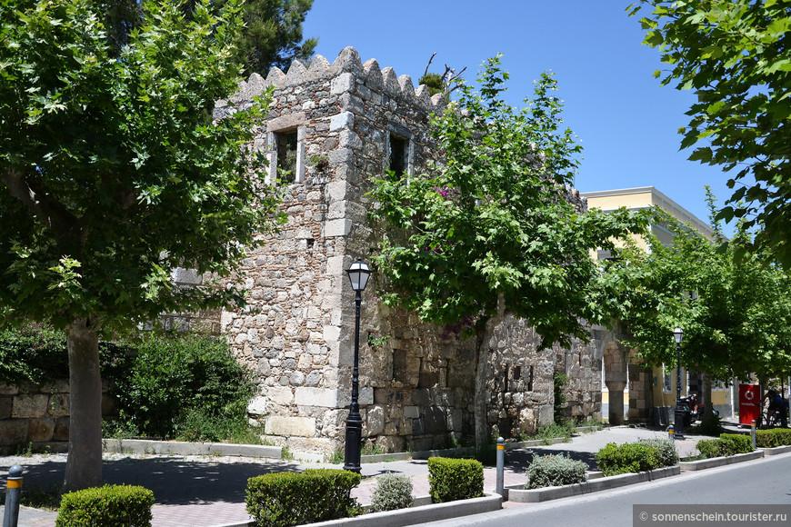 Фрагменты эллинистической стены, которая окружала город во время 4-го века до нашей эры. В некоторых местах толщина этой стены достигает 6-8 метров.