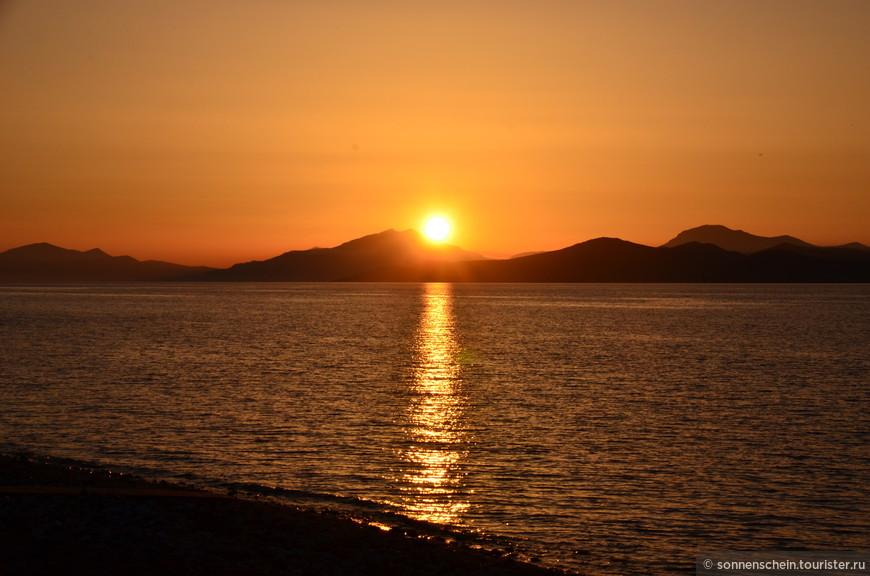 """Солнце """"зацепилось"""" за остров Калимнос."""