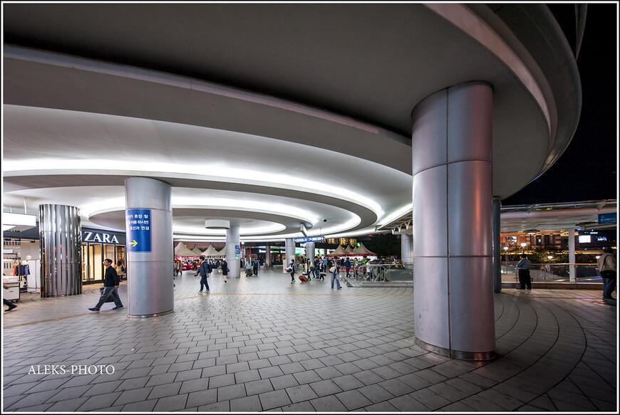 Массивные колонны у входа в основной терминал вокзала. И мягкий свет. Это - современный вокзал.