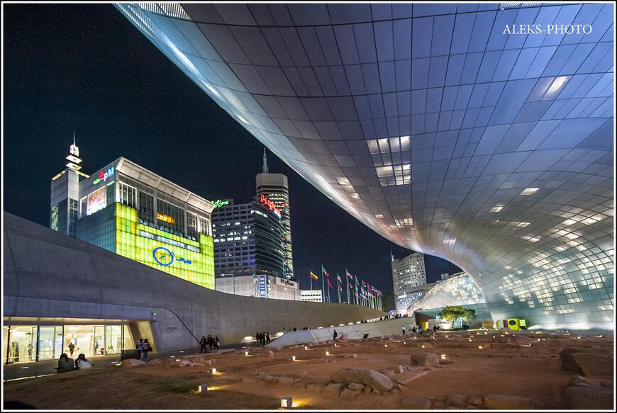 Таким неотразимым Сеул предстал перед нами вечером. Это и есть - истинный дух города! Подробнее об этом - в конце альбома, (если хватит терпения долистать до конца). А пока погуляем по привокзальной площади города, которая является крупным транспортным центром, и едва какой турист избегает ее посещения.