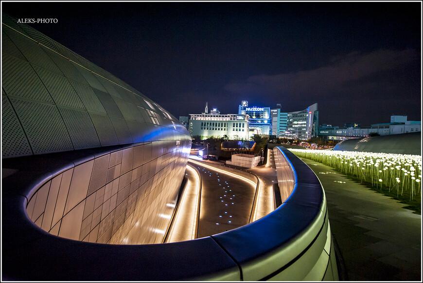 Сеул - город будущего. По площади мне он показался огромным. И пустырей еще много, особенно видно это, когда катаешься на кораблике по реке Ханган. Что мы и проделаем в следующих прогулках по городу.