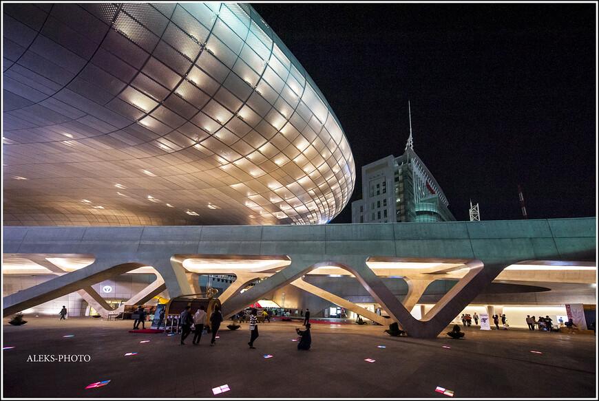 Вообще, все мотели Южной Кореи, в которых мы останавливались в процессе путешествия по стране, заслуживают отдельного рассказа. Многие из них были настоящими шедеврами уюта и дизайна. Особенно, как ни странно, в небольших городах. Причина проста: в столице есть огромное количество крутых гостиниц, которые многим не по карману. А где-нибудь в глуши, не избалованной туристами, всегда рады гостям и предлагают им все самое лучшее - по дешевой цене...