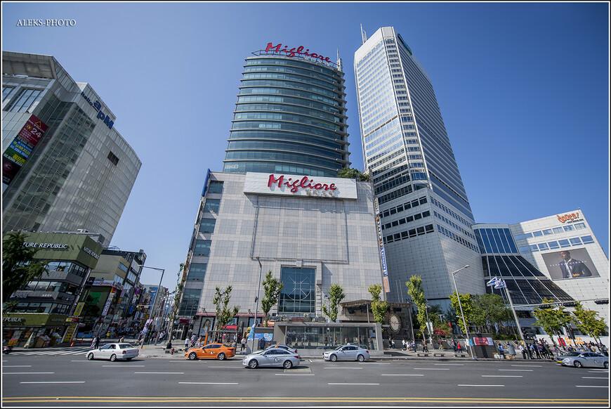 """А надо было всего лишь обойти вокруг вот этого красавца современной архитектуры. Специально даю ссылку тем, кто пойдет по нашим следам: http://www.agoda.com/ru-ru/hotels-near-dongdaemun-history-culture-park-subway-station/attractions/seoul-kr.html Ну, да ладно, надо ведь познакомиться с разными сторонами жизни Сеула. Пришлось в первый день немного поплутать в поисках ночлега. Снять группу не падающих небоскребов с близкого расстояния - невозможно. Впервые я почувствовал это, когда побывал в Чикаго пять лет назад. Когда над тобой нависает столько громадин, избежать дисторсии невозможно - приходится обращать зло во благо и как-то обыгрывать эту """"заваленность""""..."""