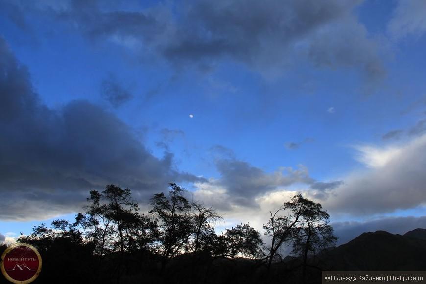 В этот прекрасный час, Именно сегодня и с нами... Я желаю увидеть, как день угас Как прекрасно небо с облаками...  В этот сумрачный миг Необычное, чистое, нежное... Это чувство любви Безмятежно - безбрежное....  Это первый закат Что с таким чувством встречаю я Это ночи раскат Это вечность отчаяния...