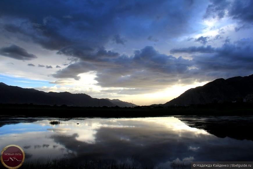 Люблю вечерний я закат  И горизонт с вечерним солнцем,  Где сумерки вечерние таят  Заката краски, теплый свет в оконце.