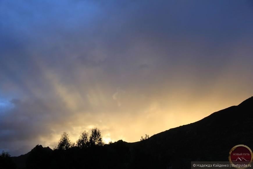 Лишь закат горит вдали  Виден горизонт Земли.  Лучи Солнца исчезают.  Облака тихонько тают.