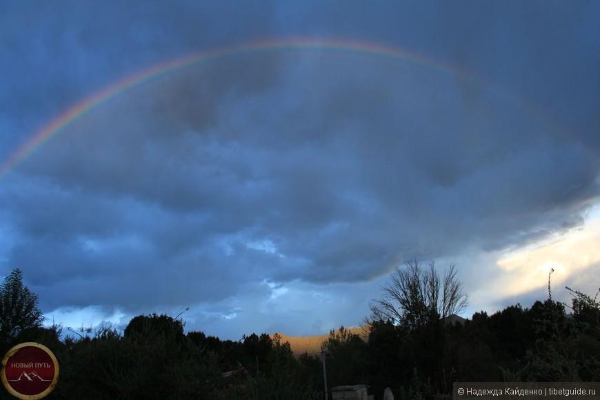 Грибы растут после дождя И в ширину и в рост. Но вырос вдруг после дождя Не гриб, а целый мост:  Цветная радуга-дуга, Как путь для нас цветной, Исчезнет скоро в облаках – Скорей спеши за мной!  По ней пройти желаем мы: И я, и ты, и он. Но кто боится высоты – Пускай выходит вон!