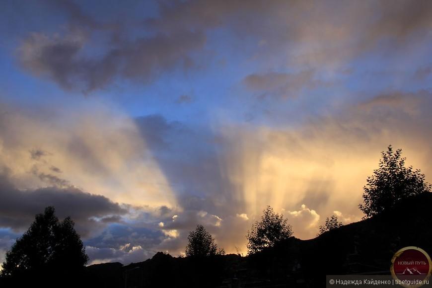 В синем небе плывут облака,  Растворяясь в закатной мгле,  Растекается море огня,  Угасая в немой тишине.  Тает этот божественный миг,  Ускоряется времени бег,  И горящий диск солнца достиг  Той черты, где кончается свет.  Та черта – это вечная тень,  И на землю спускается ночь,  Каждый раз в ней кончается день,  Унося все минувшее прочь.