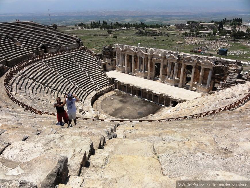 Амфитеатр поделен на два яруса и по обе стороны от него расположены арочные проходы