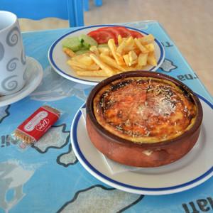 Приличная порция мусакас ( запеканка с баклажанами) с нежной корочкой. Хозяин таверны периодически пытался ещё нас подкормить. Обед на двоих с чаевыми 15 евро.