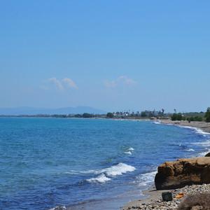 Дорога идёт по самому узкой части острова- перешейку. После мыса Тигани встречаем разветвление дорог: правая ветка направляется в Кефалос, левая следует вдоль побережья до Агио Стефано.