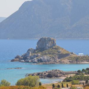 Особенно достойной внимания является двойная старохристианская базилика Агиос Стефанос - 5-й век. Перед этой базиликой расположен остров -скала Кастри. На нём находится небольшой монастырь Святого Николая.