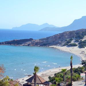 Из  моря, возле пляжа Парадисос, на поверхность подымаются газовые пузырьки из глубин потухшей, вулканического происхождения, почвы морского дна. Местные жители называют их фиониес.