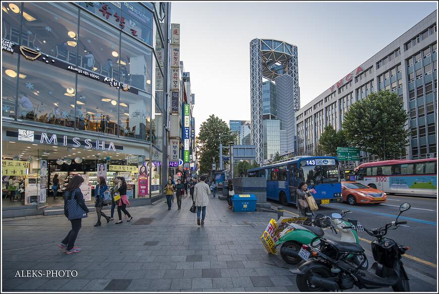 Одно из характерных узнаваемых высотных зданий города - 33-этажный 132-метровый небоскреб Samsung Jongno Tower. Дизайн здания разрабатывал архитектор Рафаэль Виньоли. Такие здания хорошо брать за ориентир, когда перемещаешься по городу.