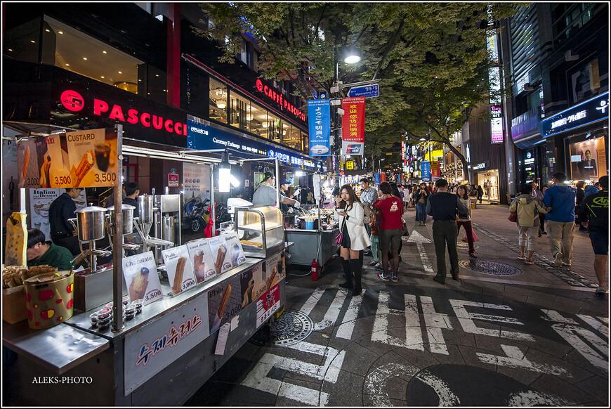 У продавцов корейского фастфуда начинается ночная смена - самое бойкое время. Тележки заняли свои боевые позиции. Мы пока обходим их стороной...