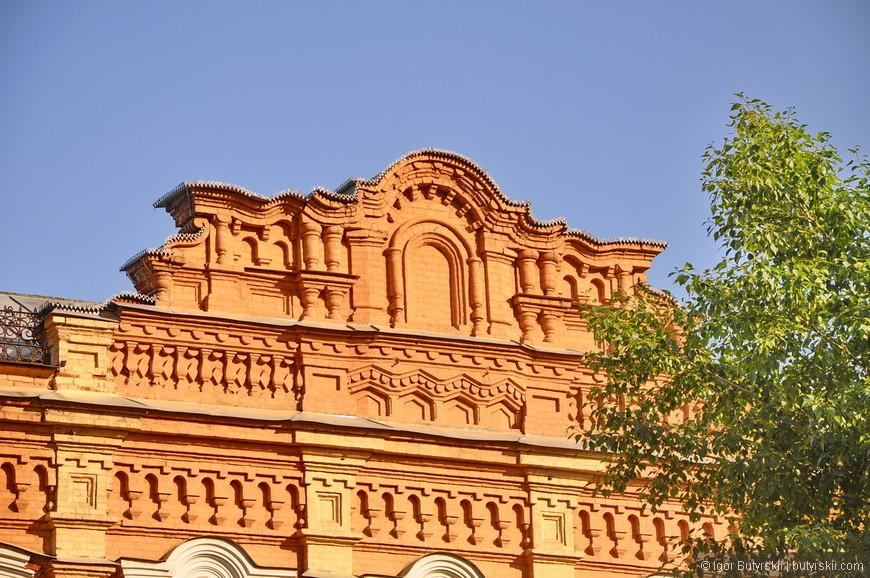 31. Вот такие декоративные фасадные надстройки можно увидеть довольно часто. Здания 19 века (когда чаще всего делали такие надстройки) сохранились повсеместно, так как были кирпичные.