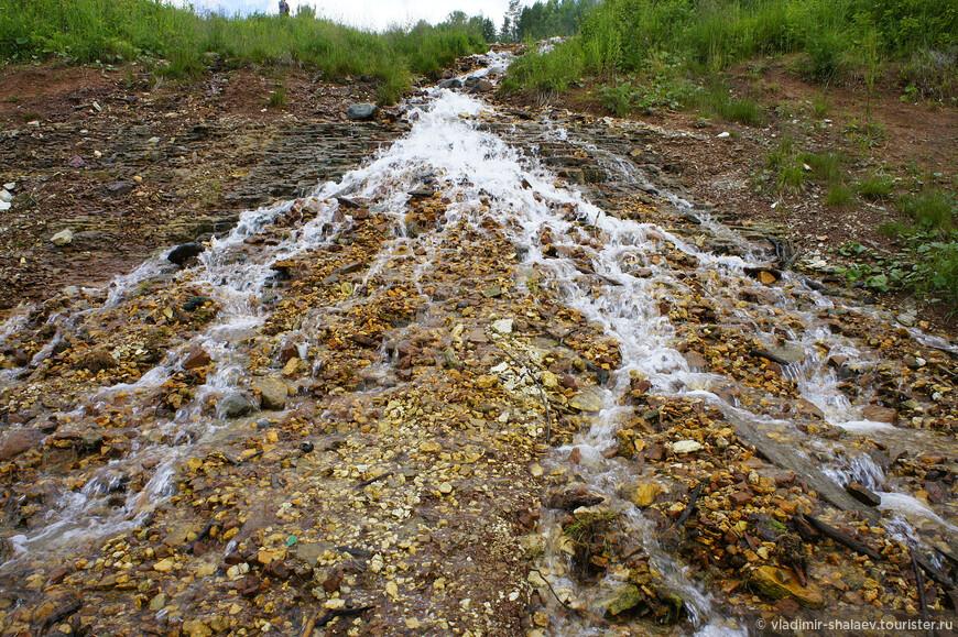 От фонтана вода стекает в Сухону вот таким ручьём. Земля окрашена в яркий красновато-бурый цвет, что свидетельствует о наличии железа.
