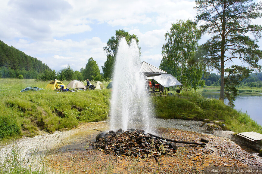 Расход воды составляет 50 литров в секунду, 3 000 литров в минуту, 180 000 литров в час, 4 320 000 литров в сутки, 1 576 800 000 литров в год. Говорят, что за последние 10 лет высота фонтана значительно уменьшилась. Сокращение расхода воды, по-видимому, связано с истощением запасов воды в водоносном горизонте. Об этом свидетельствует воронка проседания вокруг источника. Её глубина примерно 2 метра, а диаметр около 15 метров. Возле источника любят останавливаться туристы с палатками. Но нужно помнить, что именно на этом берегу Сухоны могут повстречаться змеи.