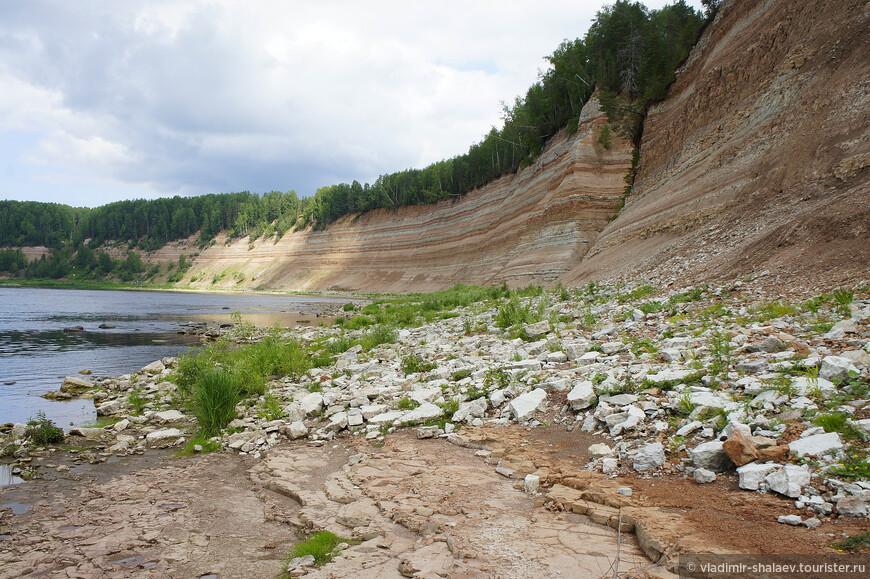 Левый берег в этом месте Сухоны - визитная карточка Опок. У слова «опоки» есть несколько значений. В геологии этим словом обозначают пористую осадочную породу, а на древнерусском оно означало «скала». В деревнях в старину «опокой» называли накипь на самоваре. Вот так эти удивительные слоистые скалы стали называться Опоки.