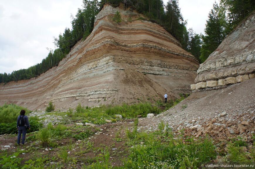 Высота скал около 70-ти метров.  Скальный берег тянется сплошной стеной, но в одном месте разрывается. Слоистые берега в этом месте расходятся в разные стороны под углом почти в 70 градусов. Это и есть Разлом, в котором протекает Святой Ручей.