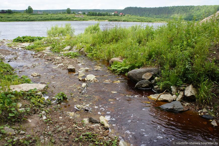 Святой ручей впадает в Сухону. На дальнем плане деревня Порог.