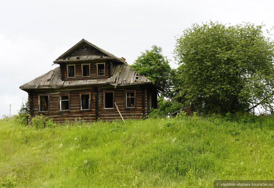 """В этом доме в 40-е годы жили пять семей """"стрелков"""" (так в лагере заключённые называли охранников). После ликвидации лагеря дом остался пустым навсегда."""