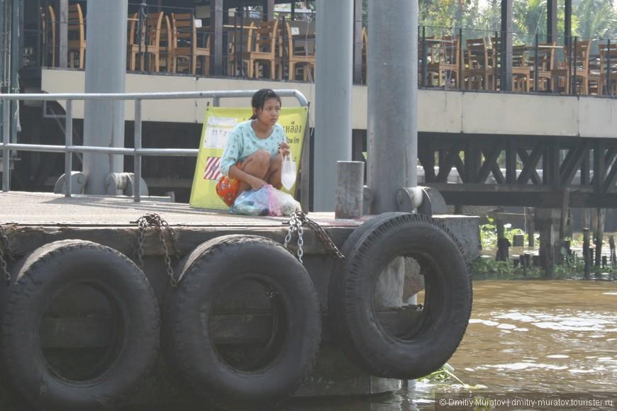 Тайка на причале реки Чао Прайя