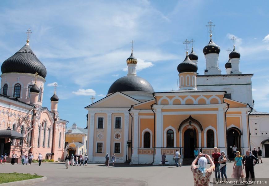 Перед входом в Знаменскую церковь
