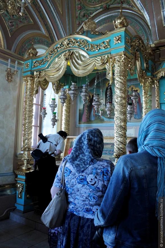 Знаменская церковь. Поклонение мощам преподобного Давида
