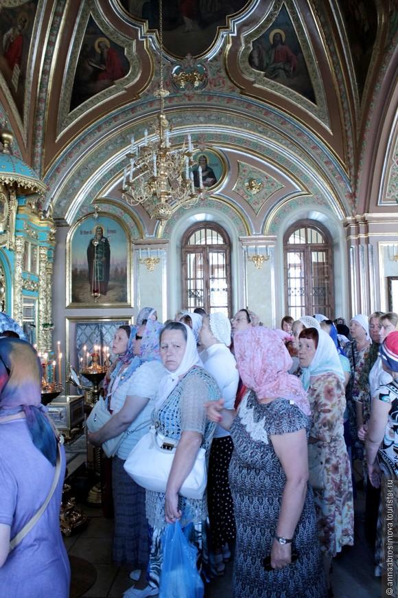 Паломники в Знаменской церкви.