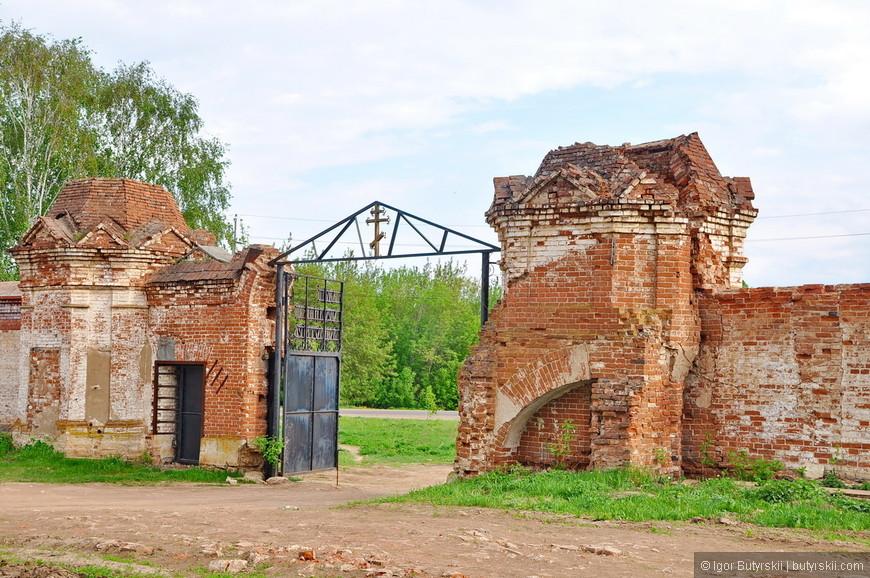 01. Елабуга встретила разрушенным забором к церкви. На самом деле забор довольно молодой по меркам города, может поэтому так и осыпался.