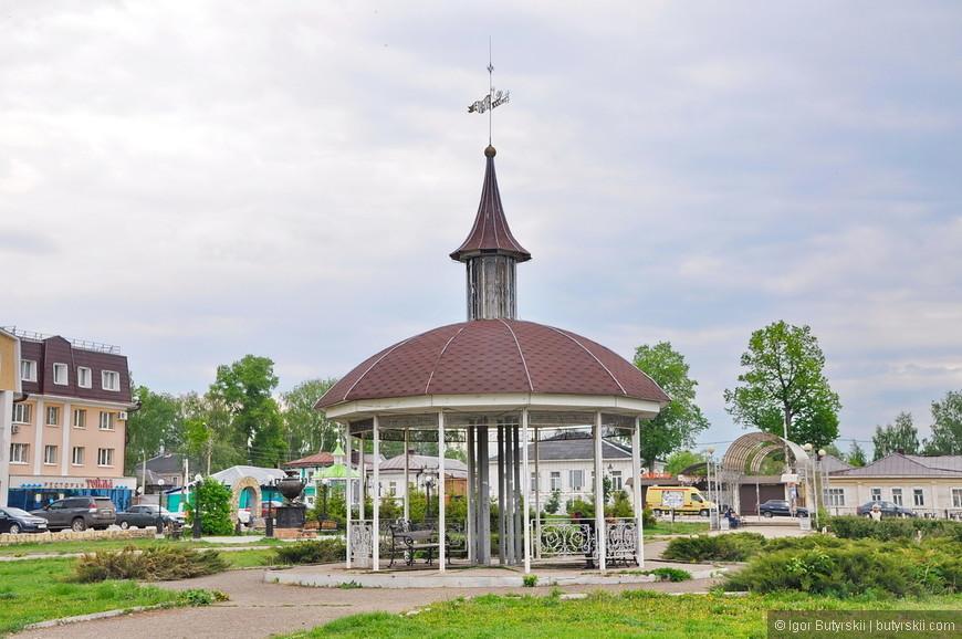 09. Беседка в парке со шпилем «Елабуга 1000 лет».