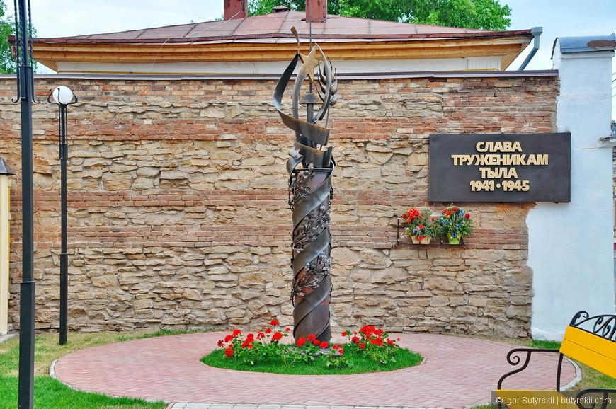 14. Очень интересный и красивый мемориал и территория перед ним. Аккуратно и без лишних «размахов».