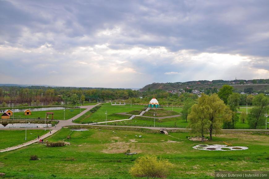 17. Территория приграничная с рекой Тоймой. На ней оборудован парк для прогулок, красиво.