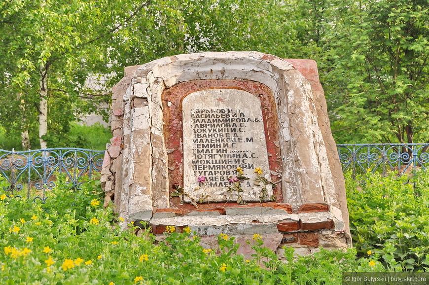 30. Перед собором надгробный камень, его бы тоже отреставрировать не помешало бы.