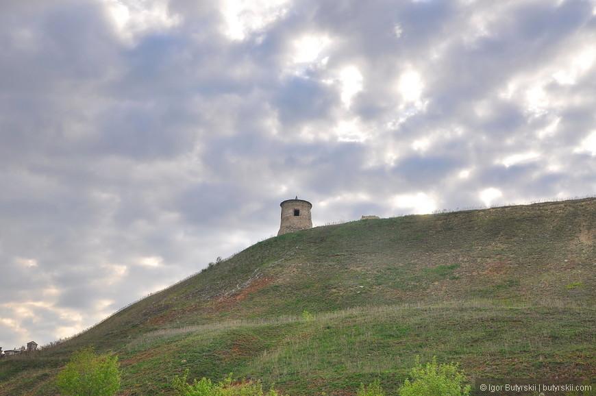 31. Находясь внизу, в старом городе постоянно вдали на горе манит башня древнего чертового городища.