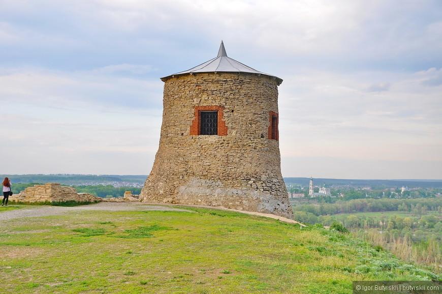 35. А вот и сама башня. Единственная уцелевшая (хотя и полностью восстановленная по указанию купца Шишкина). Самое шикарное в ней это местоположение.