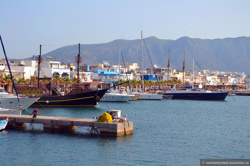 Начинаем отплытие с городка Кардамена. Почти все жители этого курортного центра заняты сфере туризма.