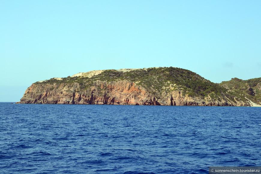 Дорога из Коса в Нисирос занимает около часа. Мы выбрали места на корме, приятный бриз освежает лицо. Любуемся одинокими островками и дельфинами. Средиземноморские дельфины намного осторожнее своих крымских сородичей, держатся от кораблей на почтительном расстоянии.
