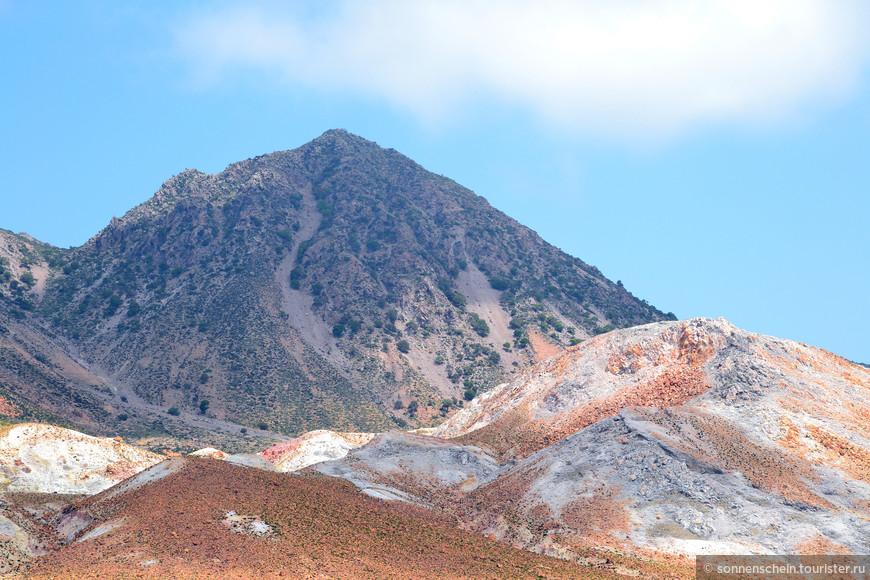 После прибытия в порт Нисирос, нас отвезли к главной его достопримечательности - вулкану, путь до которого нужно проделать по дороге-серпантину, опоясывающей почти весь остров, то ещё приключение. Почти все отвесные склоны острова укреплены и очень похожи на ступеньки - это дело рук древних обитателей Нисироса, которые использовали такие ступеньки, как грядки и строили их чтобы предотвратить обвалы и оползни.