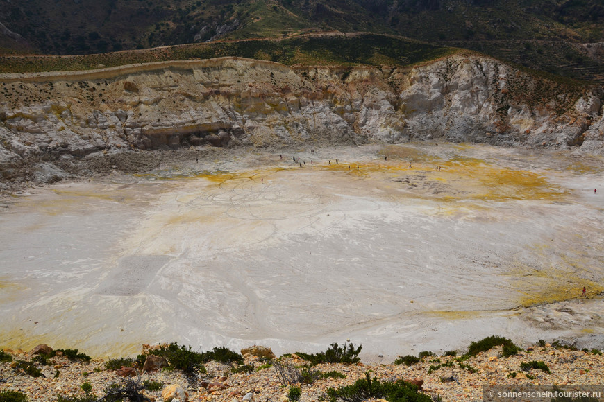 Вулкан в настоящее время хоть и спит, но является действующим. Последнее извержение произошло здесь 700 лет назад. Если вы отправитесь с экскурсией, то вас привезут к верхнему краю жерла и позволят спуститься. Опять же нужно быть готовым к неудобному, не оборудованному спуску, но зато сколько впечатлений и какие захватывающие виды вас ждут!