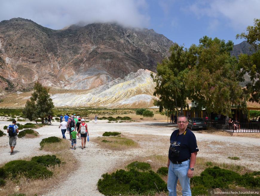 """Уговариваю мужа спуститься в кратер. Объясняя попыткой сохранения естественной природы - дорога в вулкан Нисирос такая """"как есть"""", местами очень неудобная, без ограждений, ступенек, отвесными краями. Впрочем, спуск не такой уж утомительный, как может показаться, главное спускаться с хорошим настроем."""