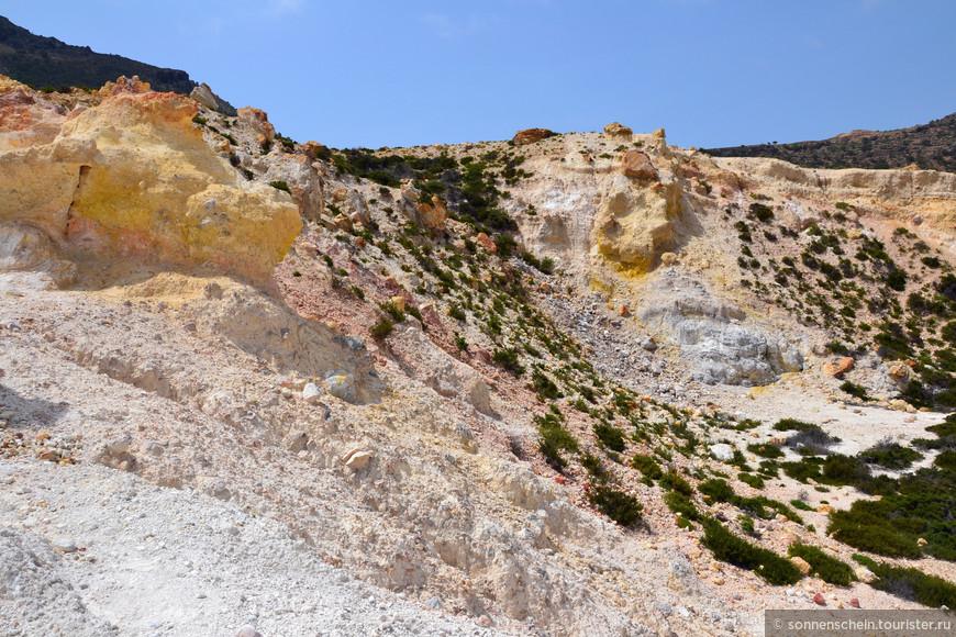 Во время извержения из глубины земли исходило большое количество лавы, пирокластического материала (вулканических бомб и пепла), а также газов и водяного пара. В результате взрыва возникла кальдера, первоначально около трех километров в диаметре.