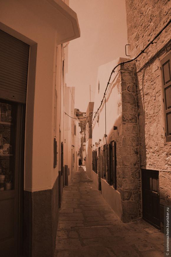 Плотная застройка небольших белых домиков с синими ставнями, узкие улочки и обилие зелени отличают этот прибрежный город, прогулки по которому превращаются в удовольствие.
