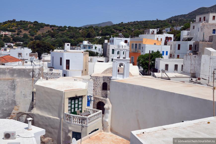 Нисирос замечателен прежде всего своей дикой красотой и яркими красками. Песчаных пляжей здесь совсем мало. Здесь высятся черные скалы и стоят белые дома, окна и двери которых выкрашены в сочные цвета.
