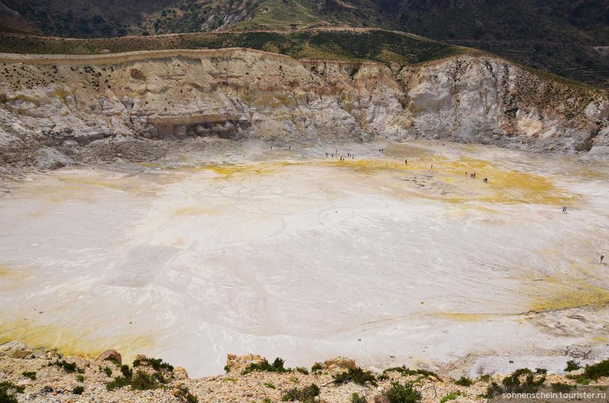 Сам вулкан о. Нисирос поражает лунным пейзажем, своими кратерами. В центральной части Нисироса находится огромная кальдера протяженностью 2,5 км и шириной почти километр, возникшая во время извержения вулкана. Ученые не могут сойтись во мнении, споря о времени этого извержения. Одни считают, что оно произошло 44, а другие - 24 тысячи лет назад.